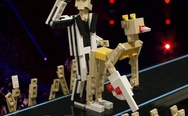Miley Cyrus at VMA, toys